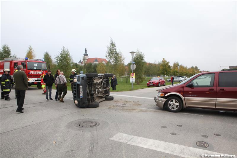 02.10.2010: Jeep auf Kreuzung von Pkw aufgegabelt