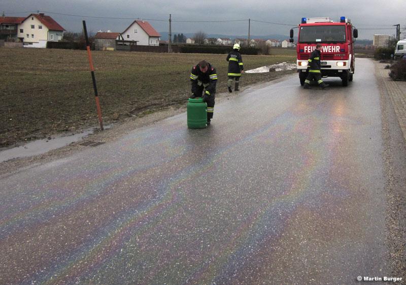 19.01.2011: Ölbindearbeiten auf Fahrbahn in Weidach