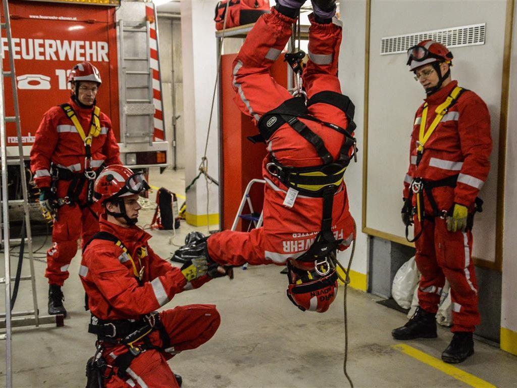 14.04.2014: Höhenrettergruppe übt im Feuerwehrhaus