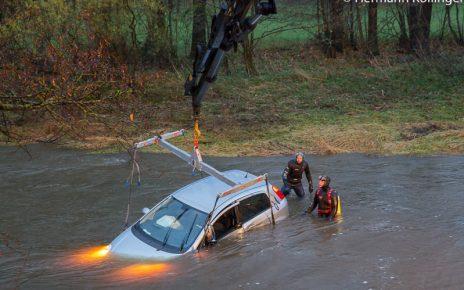 Auto in Fluss / Foto: Kollinger
