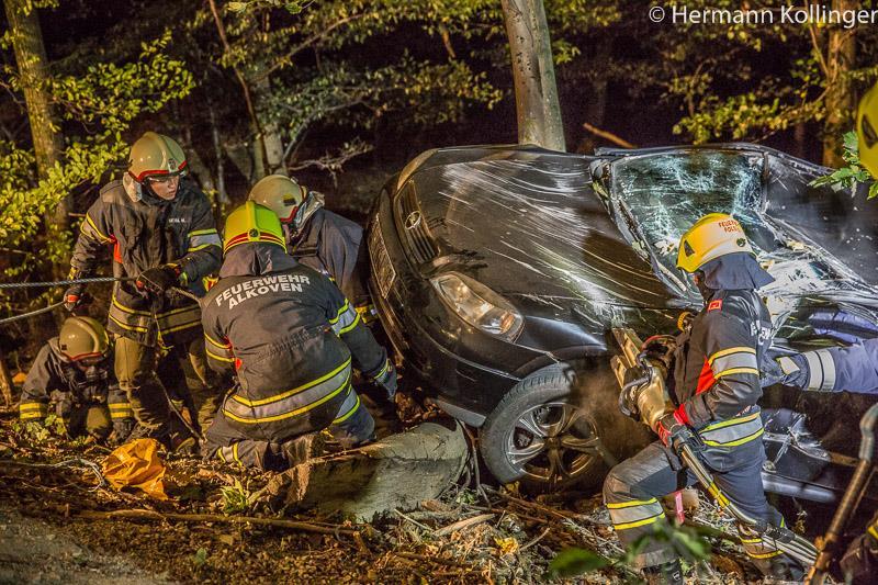 01.10.2015: Autoabsturz im Steilgelände beübt – Asylwerber verfolgen Feuerwehrarbeit