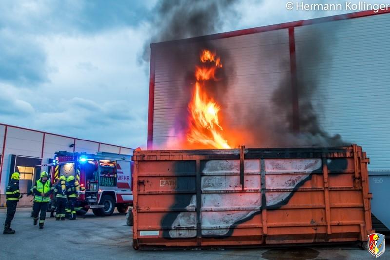 15.05.2019: Großcontainer mit Plastik brennt neben Gebäude