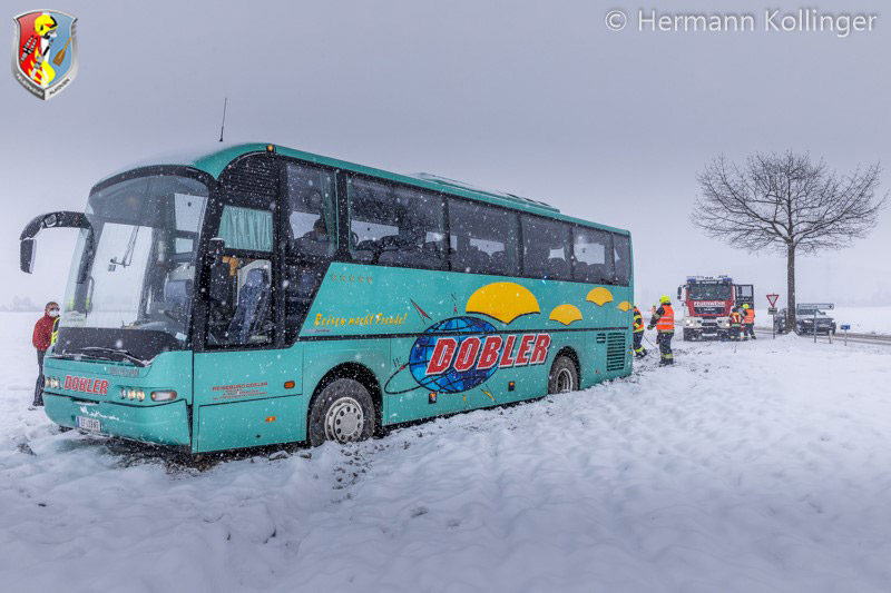 12.01.2021: Schneefall → Autobusbergung aus Feld an B 129